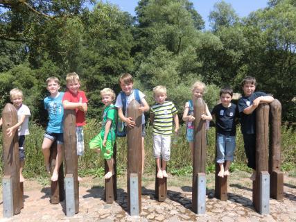 Die Kinder der Kinderfeuerwehr Oberjosbach auf dem Barfußpfad